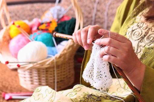 Mujer-tejiendo