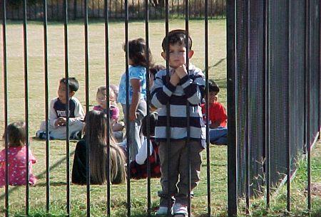 Niño-escuela-rejas-